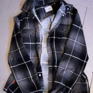 Jättesnygg rutig Skjorta från Carlings, bra skick, inga skador/fläckar. BETALNINGSMETOD: SWISH. PÄLSDJUR I HEMMET!