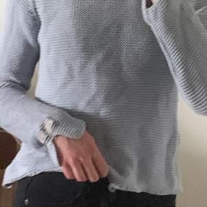 En väldigt fin ljusblå stickad tröja i strl 160/Xs🤍 Frakt tillkommer. Har du några frågor eller vill ha flera bilder är det bara att skriva🥰