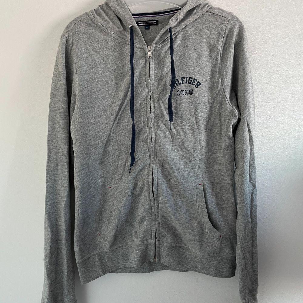 Assnygg Tommy Hilfiger hoodie köpt på Åhléns förra året för 800! Den är i bästa skicket då den mestadels hängt i garderoben. Säljer för 350 kan gå ner vid snabb affär! Köpare står för frakt eller möts upp i Stockholm!💕. Huvtröjor & Träningströjor.
