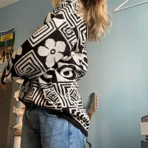 Vintage svartvit stickad tröja i häftiga mönster!🔳🌸 Sitter oversized på mig som bär storlek S. Har fått så många fina ord av denna, men säljes nu på grund av flytt <3