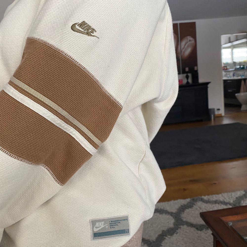 Intressekoll på min coola Nike vintage sweatshirt, säljer endast för bra pris , kund står för frakt!! Oversize på mig som vanligtvis har S (har andra Nike tröjor som jag säljer på min plick så kolla in dom) högsta BUD: 850kr. Tröjor & Koftor.