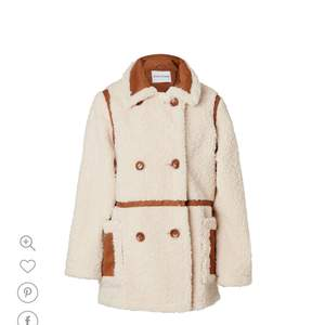 Intressekoll på denna snygga kappa. I ny skick då den endast är använd en gång. Hör av er vid frågor. Köpare står för frakt