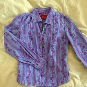 Såå fin vit och rosa mönstrad skjorta från Vivienne Westwood Red label Italiensk strorlek 40 = XS/S. Som ny, använd ett par enstaka gånger. Inköpspris 1200kr