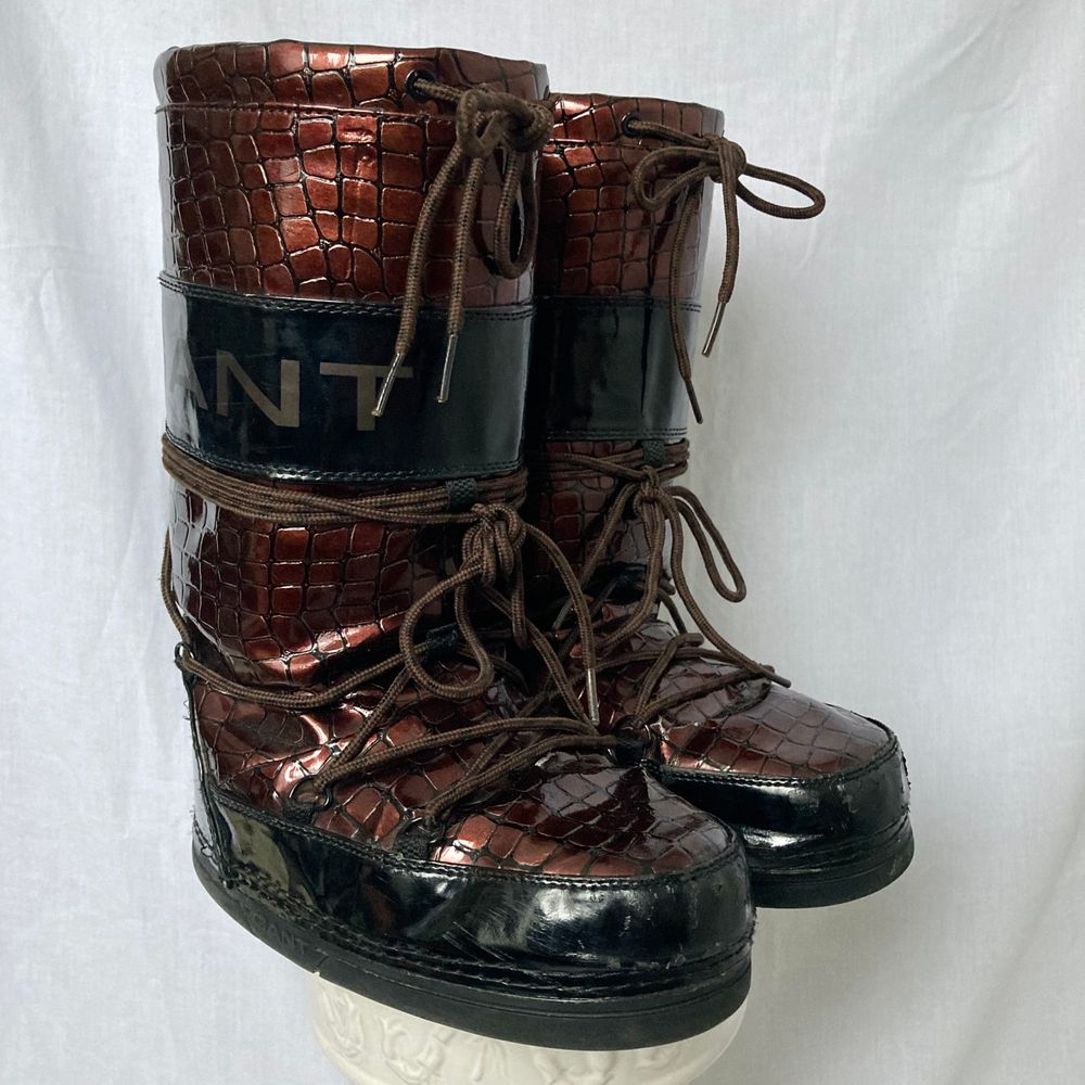 🌊 POPULAR AND COMFORTABLE MOONBOOT STYLE WINTER BOOTS FROM GANT. GOLDEN BROWN SNAKESKIN PATTERN AND BLACK PANELLING.  WELL WORN, FLAWS ON PICTURES  • SIZE - EU 37/38 • BRAND - Gant • MATERIAL - PVC, foder  y2k 90s 80s 70s 60s spring summer sunny autumn winter grey brown white black crop top tshirt strap shirt blouse jumper polo cape coat bolero orange yellow jacket sparkly party evening green grey silver gold velvet knit vest sweater v neck skirt bottoms pants jeans shorts shows acne studios eytys shoes boots heels mules autumn moon boots moonboots knee high boots stövlar klackar skor knä höga kängor. Skor.