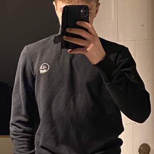 En svart Cheap Monday tröja i storlek xs som jag köpte för 2 år sedan.
