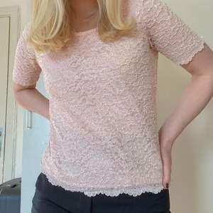 En glittrig rosa broderad t-shirt som är köpt på beyond retro i storlek s/m. Sitter löst på och passar perfekt för kalla vinterdagar ⛄️🌧 Använd fåtal gånger, har liten gul fläck men syns knappt 💗💗🥺 Går att lägga bud i kommentarerna!!