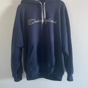 Assnygg vintage champion hoodie! Använd men ändå jätte bra skick, förutom lite nopprig! Fler bilder kan skickas! Oversize på mej som vanligtvis har M och är 166!💕 buda privat eller köp direkt för 400+ frakt