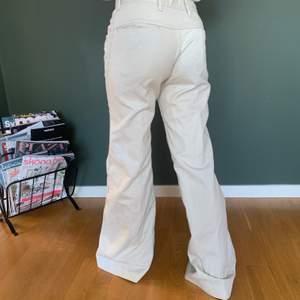Säljer dessa snygga beiga byxor från 70-talet och jag skulle säga att de är i XS. De är rätt så långa och bra skick. Buda!