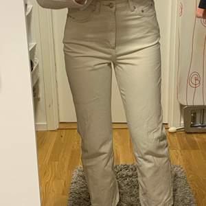 KNAPPT använda weekday jeans i populära modellen rowe, strl 27/32🥰 kan även byta mot ett annat par rowe jeans i strl 26/32/34! Frakt tillkommer💕