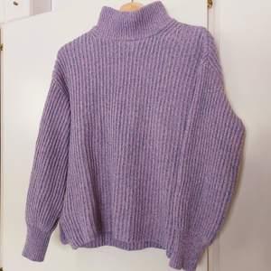 Så fin lila stickad tröja, passar tyvärr inte mig längre😔som man ser på sista bilden är den sammansatt av olika färger, men ser lila ut i helhet. Har lite av en ballongärm
