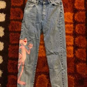 Säljer dessa fina och roliga stentvättade jeans från Pull&Bear med Rosa Pantern tryck på sidan av ena benet! Storlek 36, nyskick! Går att mötas upp i Hagfors eller så skickas den med posten där köparen står för frakten!