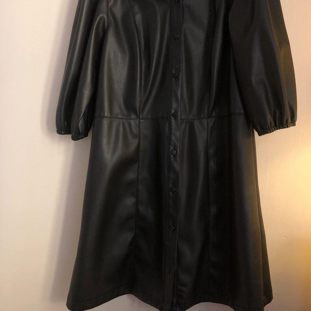 Super fin klänning i läderimitation. Storlek 42 men passar mig som har vanligtvis 36 beroende på hur man önskar att den ska sitta. Använd en gång . Klänningar.