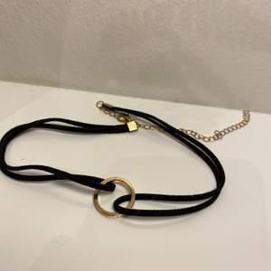 Chocker halsband med en ring i mitten ( guld detaljer)  Aldrig använd!