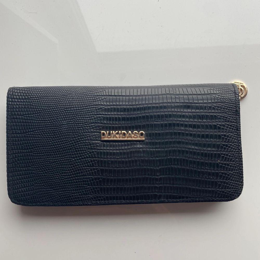 Säljer denna snygga plånbok. Knappt använd & kommer ej till användning längre. Köparen står för frakt 💞. Väskor.