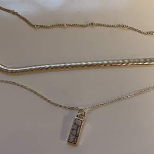 Oanvänt silverfärgat halsband med tre olika kedjor, varav en har en liten marmorsten. Aldrig använt, i nyskick! 🥰