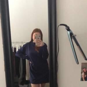 Mörkblå t-shirt klänning från missguided. Modellen är långärmad och ganska rak. Den är lite oversized och går till mitten av låren på mig. Köparen står för frakten.
