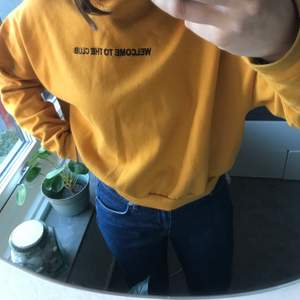"""Snygg senapsgul sweatshirt med tryck """"Welcome to the club"""". Storlek S, från Carlings (märket heter Stay). Passar till det mesta!"""