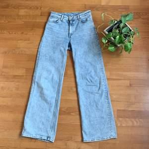 Knappt använda ljusblå Monki Yoko Jeans!! Baggy och ligger snyggt över skorna. 🌱 Säljer då de är för stora för mig: De såldes som w27 men mäter till 74 cm i midjemått vilket motsvarar w29. Jag är 170 cm lång ♥️ Patchen bak är bortsprättad👖