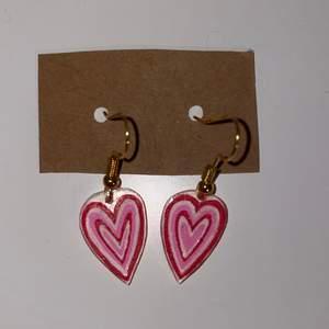Handgjorde örhängen med hjärt-form💗 gjorda i plast, går även att få kroken silvrig och plattan vit!
