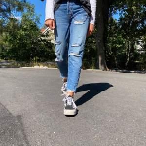 Ett par blåa jeans som är för små!❤️ Buda gärna i kommenterna eller privat.