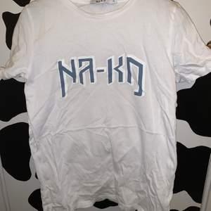 jätte fin tröja köpt på nakd. super bra kvalitet. knappt använd. storlek xs. frakt tillkommer på 24kr.💗💗💞