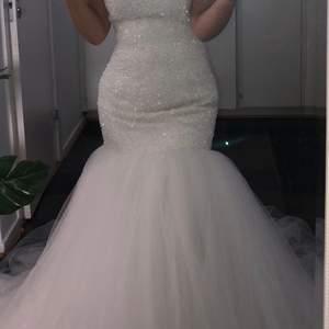 Inköpt från proms and wedding i malmö för 21000 kr inkluderat underkjol samt slöja, säljer för 10000 kr allt tillsammans! Storlek xs/s då man kan spänna klänningen på ryggen till hur tight man vill att den ska vara. Skriv i dm för fler bilder🥰