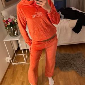 Jättefint mjukisset i orange från lacoste, äkta. Mysiga och sköna i en väldigt somrig och härlig färg. 2 för 3 på allt jag säljer.🧡🧡överdelen är i strl40 och underdelen är i strl42, passar mig som vanligtvis är ca 36