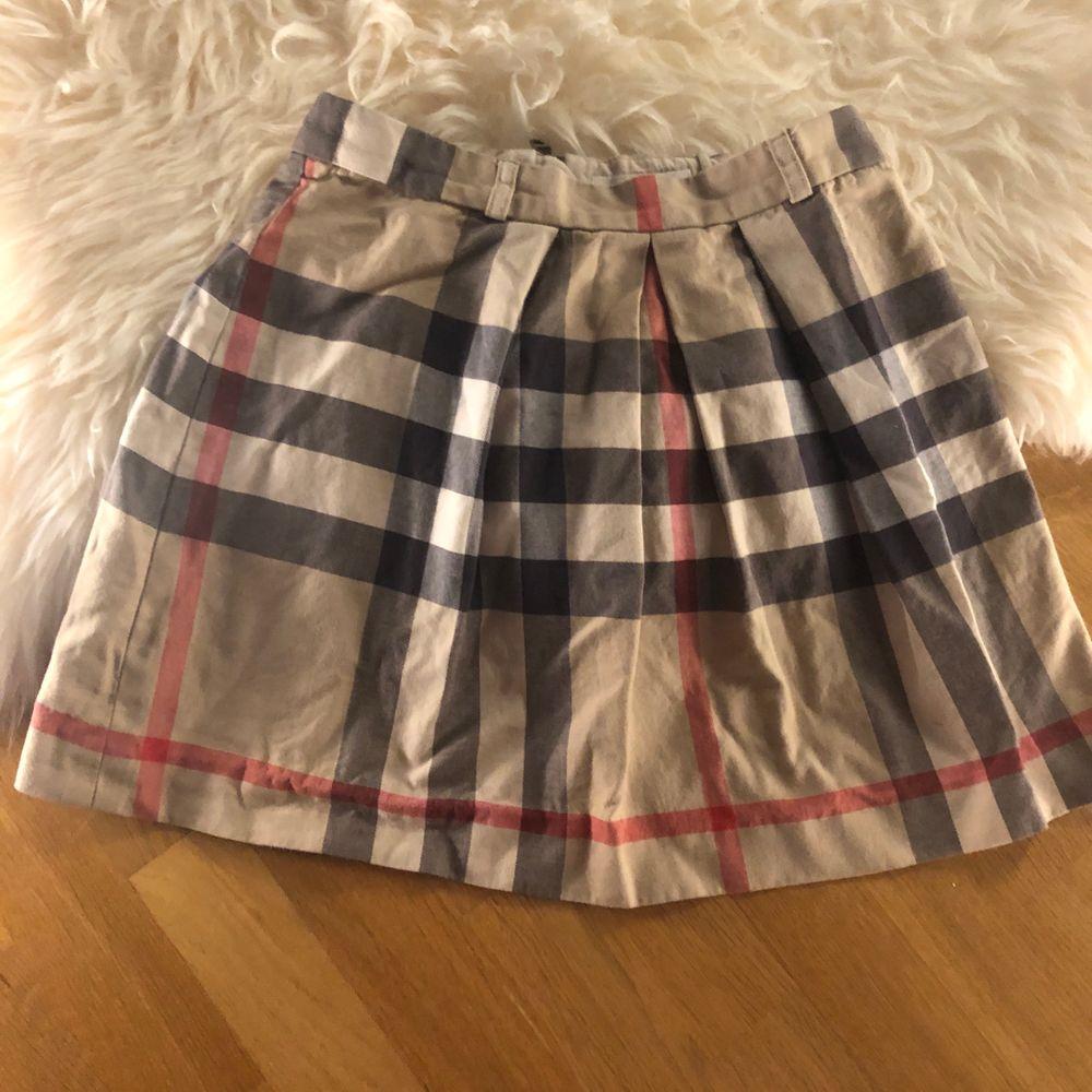 säljer min äkta burberry kjol då jag knappt använder den längre. storlek 12 år men passar XS💛🧡🖤 bud börjar på 250. Kjolar.