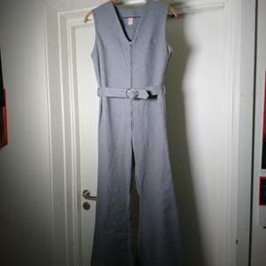 Coolaste plagget! Äkta 70-talsbyxdress i grått material som känns som en ullblandning. Ordentligt vida ben och bälte i midjan. Toppenskick! Passar en S perfekt🍀