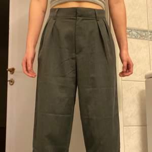 Gråa ankellånga byxor som blivit för stora för mig.  Ganska luftigt tyg så dom är väldigt sköna. Använd 1 gång. Frakt ingår ej💚