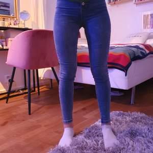 Jeans från Jennyfer köpta i Frankrike för 40€ i sommras! Säljer då de ej är min stil längre, dm vid intresse!