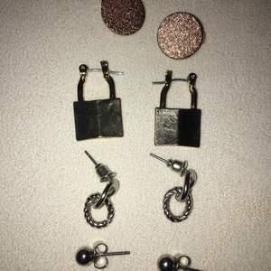 Fyra par små örhängen, köp alla för 30 eller 2 par för 20kr , ett par kostar 15kr