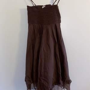 Brun klänning med volang nertill, RETRO😍 kontakta gärna mig för fler bilder och frågor❤️PRIS KAN ALLTID DISKUTERAS