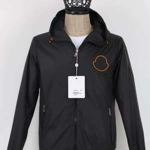 Moncler regn jacka, finns i svart och rosa ! Högsta kvalité. Finns alla storlekar