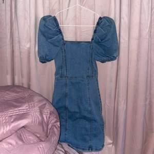 Säljer denna fina klänning ifrån hm, har bara använt den en gång så den är som ny. Stl 32, frakten ingår i priset!