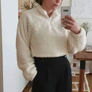 Jättemysig och fluffig cropped sweater i strlk S. Dragsko i midjan så att man kan tighta till den. Aldrig använd. 🌸Frakt ingår i priset!🌸