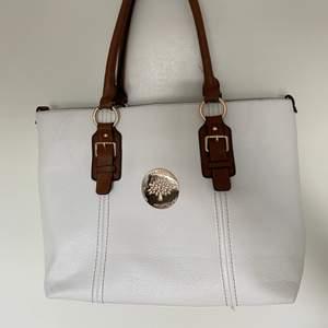 Vit väska från Mulberry! Perfekt till jobb eller skola 😍 Finns tre små innerfack i väskan, samt ett på baksidan av väskan. Man mår också med en uttagbar neccecär!
