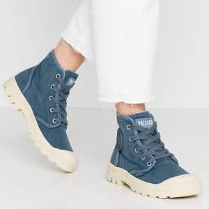 Palladium skor i fint skick! Jag köpte dem för 900kr. Säljes för 200kr plus spårbar frakt på 66kr❤️🌟