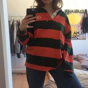 Intressekoll på denna sjukt sköna tröjan! Färgerna är orange och mörkgrön och är i bra skick!