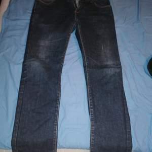 Ett par finesmakker jeans som passar till de mesta. De är lite utsvängda ner till benen men ser bra ut på. ( köpare står för frakt)