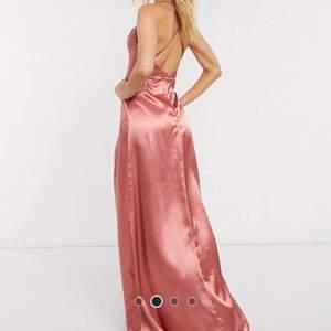 Såååå fruktansvärt fin klänning som jag verkligen önskar passar mig men den är för liten för mig som är s/xs. Klänningen är från asos och nu helt slutsåld. Priset går att diskutera:) tycker verkligen att denna klänning förtjänar att bäras! Kan skicka fler bilder💕💕💕💕