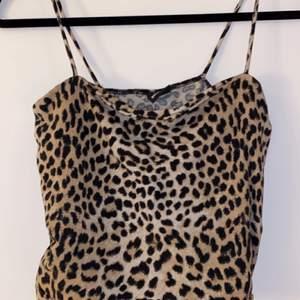 Säljer detta superfina trendiga leopard linne från GinaTricot, använd fåtal gånger.