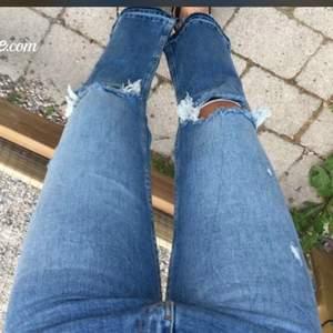Hej! Säljer dessa kick flare jeans från zara! Använda ca 3 gånger! Har för många likadana!