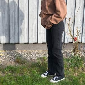 jättefina weekday jeans i modellen rowe!! de har tyvärr blivit för små för mig så kan inte ha de😔 jag är 170 cm lång och de går ner fötterna, passar perfekt på nån som ca lika lång eller kortare🌞 originalpris 500kr🌸🌸 frakt + jeans = 250kr