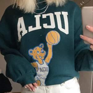 Populär sweatshirt från h&m. Mycket fint skick, använt sparsamt passar mig som vanligtvis har s. Skulle säga den passar en xs-l person beroende på hur man vill att den ska sitta