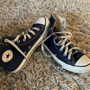 Jättefina höga converse i blått! Storlek 36,5 men passar 37 och 37,5 💙  BUDA MINST 20kr❤️
