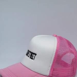WEAR STREET trucker, limiterat drop färg: baby rosa. Justerbar, pris: 199kr