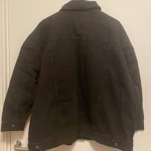 Svart overaized jeansjacka från asos!  Storlek uk 18 motsvarar 46 i eu.