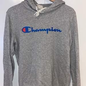 Grå Champion hoodie, sparsamt använd. Nypris: 399kr.