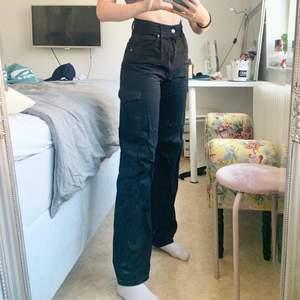 Jättesnygga vida cargobyxor! Dem är egentligen vanligt svarta men har behövt ljusa upp bilden så att man kan se fickorna bra, därav den dåliga kvaliten på bilderna! Jag är 168cm! Spårbar frakt på 66kr tillkommer☺️